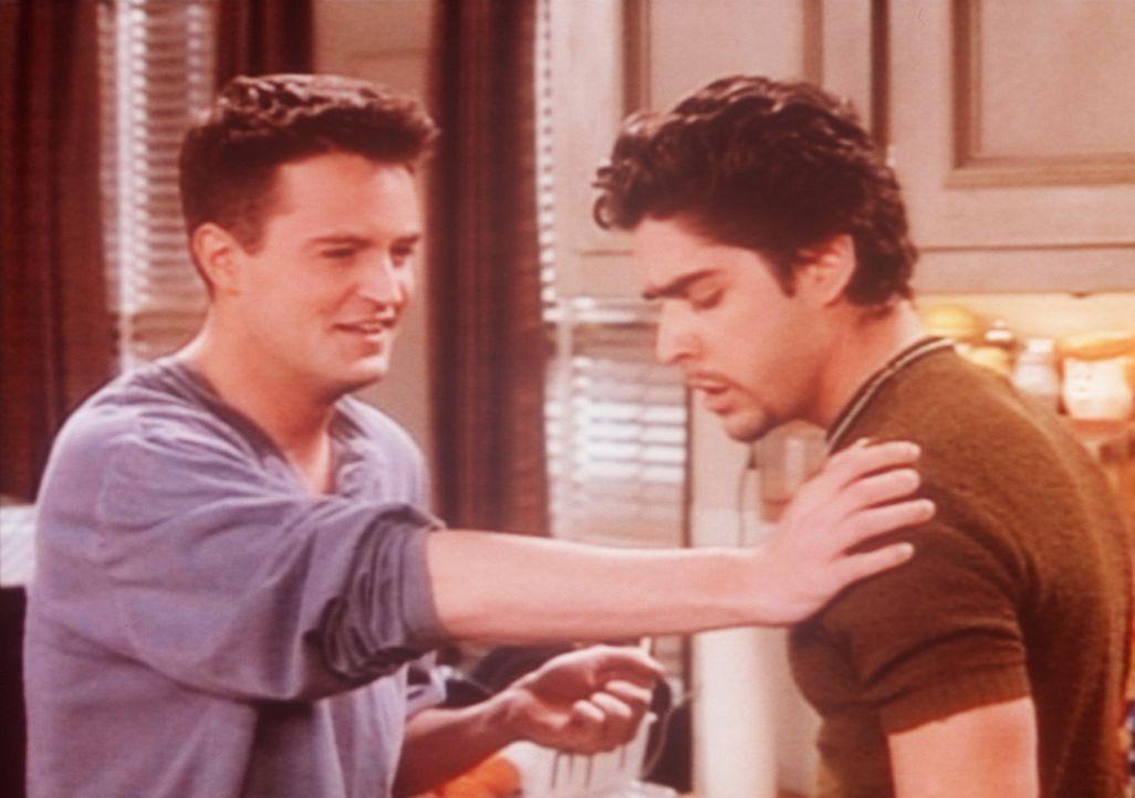 Chandler (Matthew Perry, l.) versucht, sich an seinen neuen Mitbewohner Eddie (Adam Goldberg, r.) zu gewöhnen, was aber nicht so einfach ist. - Bildquelle: TM+  2000 WARNER BROS.
