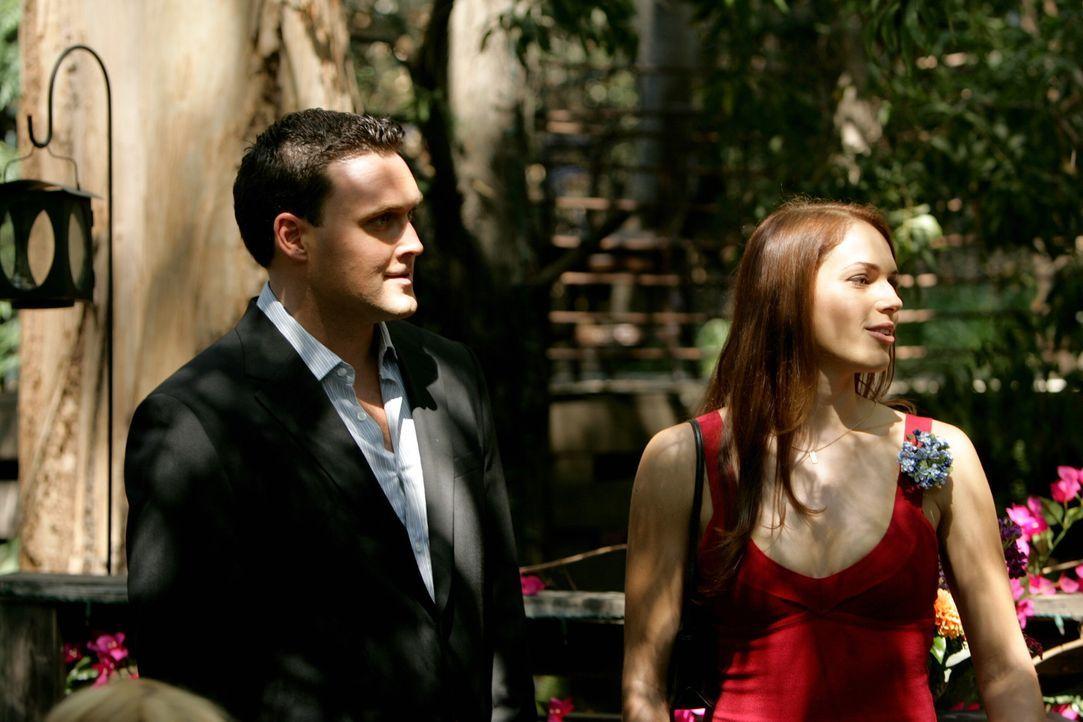 Bereiten sich auf die Ermittlungen des neuen Falls vor: Grace Van Pelt (Amanda Righetti, r.) und Wayne Rigsby (Owain Yeoman, l.) ... - Bildquelle: Warner Bros. Television