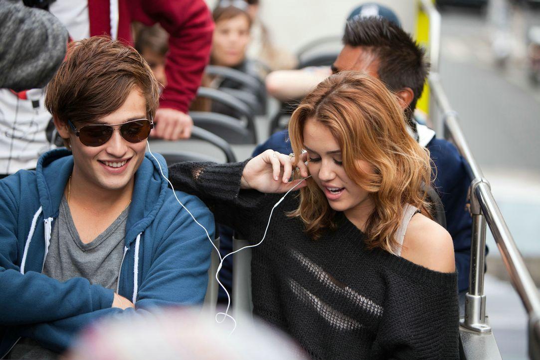 Schon seit vielen Jahren sind Lola (Miley Cyrus, r.) und Kyle (Douglas Booth, l.) miteinander befreundet. Da verliebt sich Lol in den jungen Musiker... - Bildquelle: Constantin Film Verleih GmbH