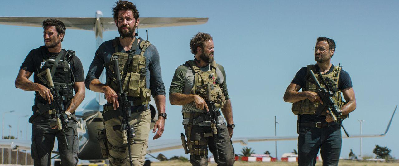 In einem 13-stündigen Einsatz kämpfen die Ex-Soldaten der CIA Tanto (Pablo Schreiber, l.), Jack (John Krasinski, 2.v.l.), Boon (David Denman, 2.v.r.... - Bildquelle: 2016 Paramount Pictures. All Rights Reserved.