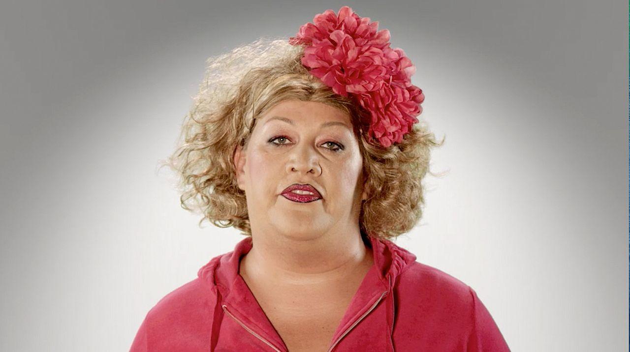"""Mother of Comedy is back! Comedy-Prinzessin Cindy verlässt für ihre neue Show """"Schwarz Rot Pink"""" Marzahn, fährt quer durch's Land und erlebt ganz be... - Bildquelle: SAT.1"""