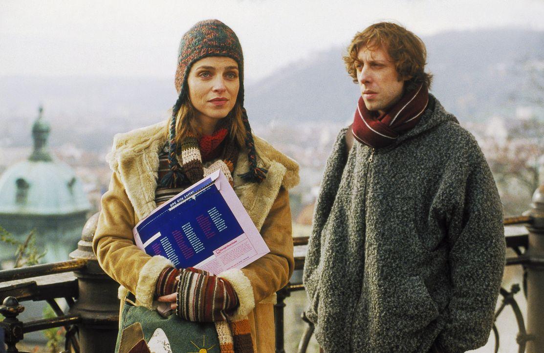Die Beschäftigung mit der Vergangenheit führt Lenny (Oliver Korittke, r.) und Helena (Lucie Zednicková-Pokorná, l.) mitten in die Wirren des Pra... - Bildquelle: Jiri Hanzl ProSieben
