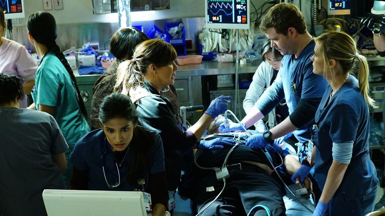 Als Jesse (Luis Guzman, M.) von einem Patienten angefallen wird und einen Herzinfarkt erleidet, müssen sie ihre persönliche Trauer hintenanstellen,... - Bildquelle: Monty Brinton 2015 American Broadcasting Companies, Inc. All rights reserved.