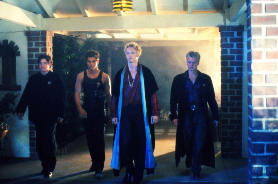 """Devon (Bradley Stryker, 2.v.r.) und die Mitglieder Barry (Forrest Cochran, r.), Jordan (Michael Lutz, l.) und Mikhail (Donnie Eichar, 2.v.l.) der """"D... - Bildquelle: Regent Entertainment"""