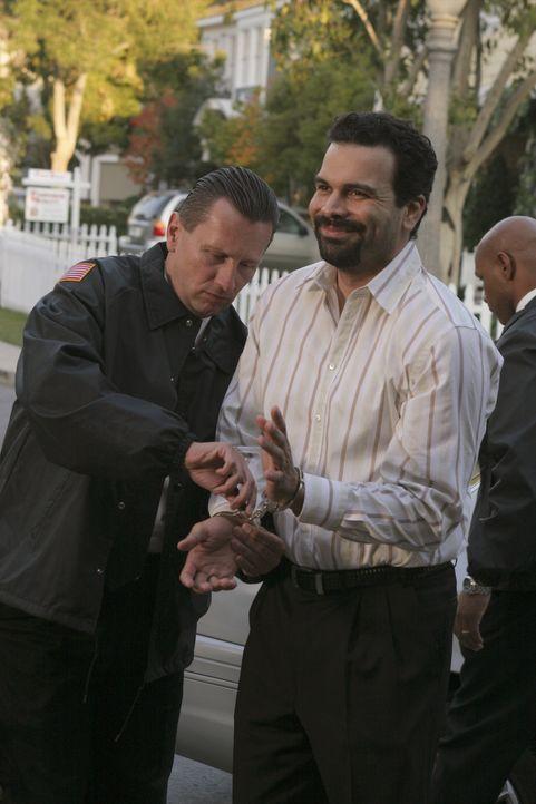 Carlos (Ricardo Antonio Chavira, r.) wird auf Bewährung aus dem Gefängnis entlassen, darf aber das Haus nicht verlassen ... - Bildquelle: Touchstone Television