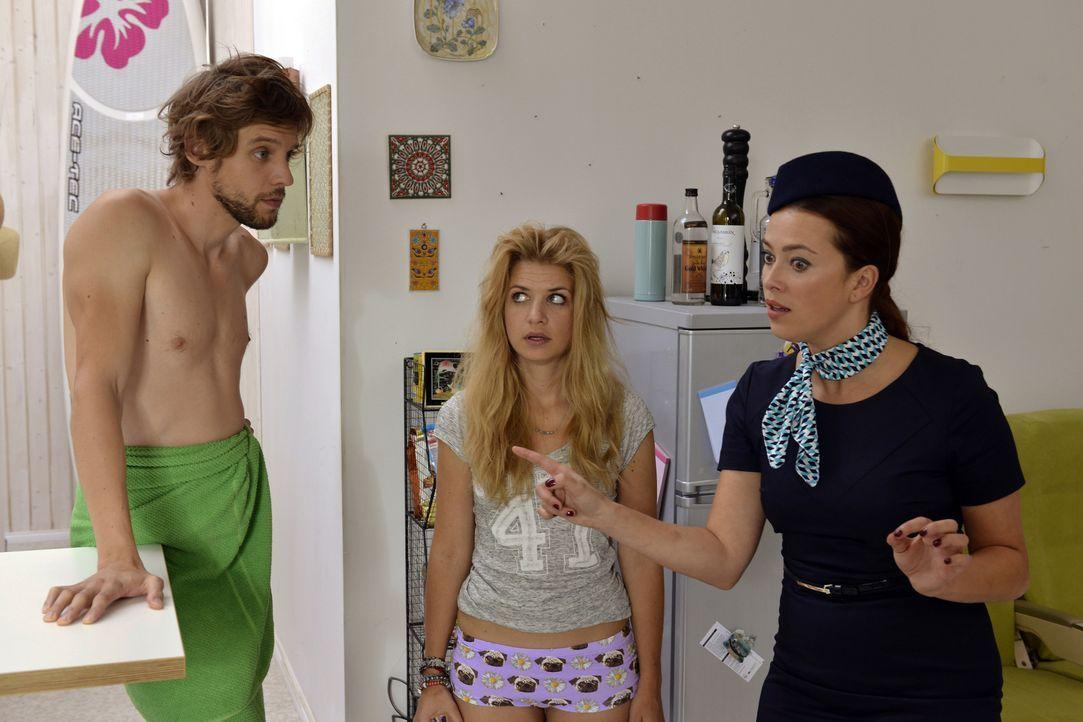 Während Felicitas Gül wieder zurückhaben möchte, treffen Daniel (Christoph Humnig, l.), Mila (Susan Sideropoulos, M.) und Sally (Laura Osswald, r.)... - Bildquelle: Oliver Ziebe SAT.1