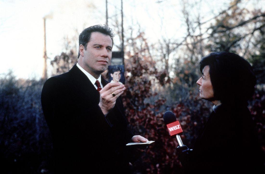 Um der Gerechtigkeit zum Sieg zu verhelfen, riskiert Jan Schlichtmann (John Travolta, l.) sogar sein Privatvermögen ... - Bildquelle: Paramount Pictures