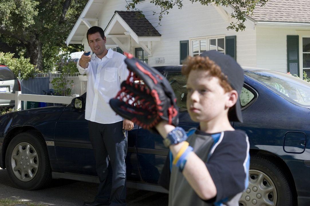 Die Standbild-Funktion ist für Michael (Adam Sandler, l.) nicht nur bei Sportübertragungen praktisch, sondern auch beim Baseballspiel mit seinem Soh... - Bildquelle: Sony Pictures Television International. All Rights Reserved.