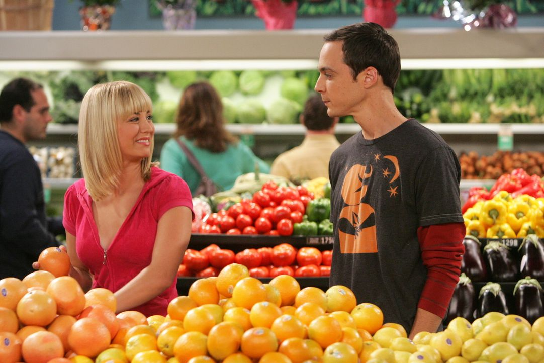 Als Sheldon (Jim Parsons, r.) für eins seiner neuen Experimente mit Penny (Kaley Cuoco, l.) Eier im Supermarkt einkaufen will, treibt er sie zur Ve... - Bildquelle: Warner Bros. Television