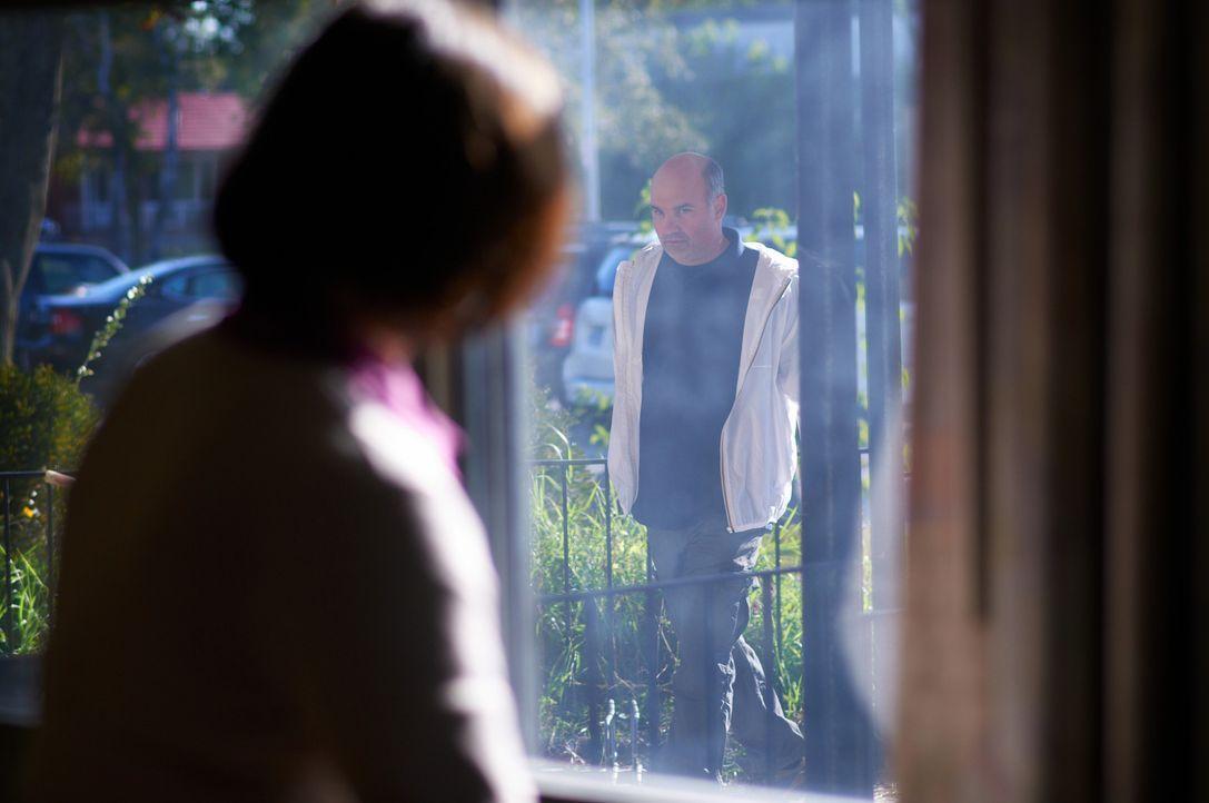 Noch ahnt Direktorin Bentzel (l.) nicht, dass der Mann (r.), der ihre Schule betritt, ein gefährlicher Psychopath ist ... - Bildquelle: Steven Lungley Cineflix 2014