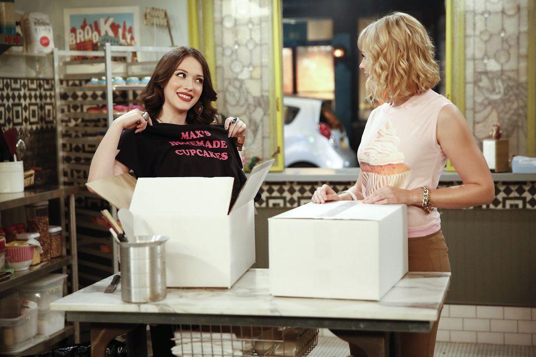 Als ein Mann mit einem T-Shirt von Carolines (Beth Behrs, r.) und Max' (Kat Dennings, l.) Firma verhaftet wird, sind plötzlich alle Augen auf die be... - Bildquelle: Warner Bros. Television