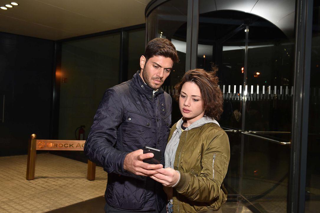 Tarek (Varol Sahin, l.) und Jenni (Anna Mennicken, r.) haben einen Plan, um Melissa zu unterstützen ... - Bildquelle: Andre Kowalski SAT.1/André Kowalski