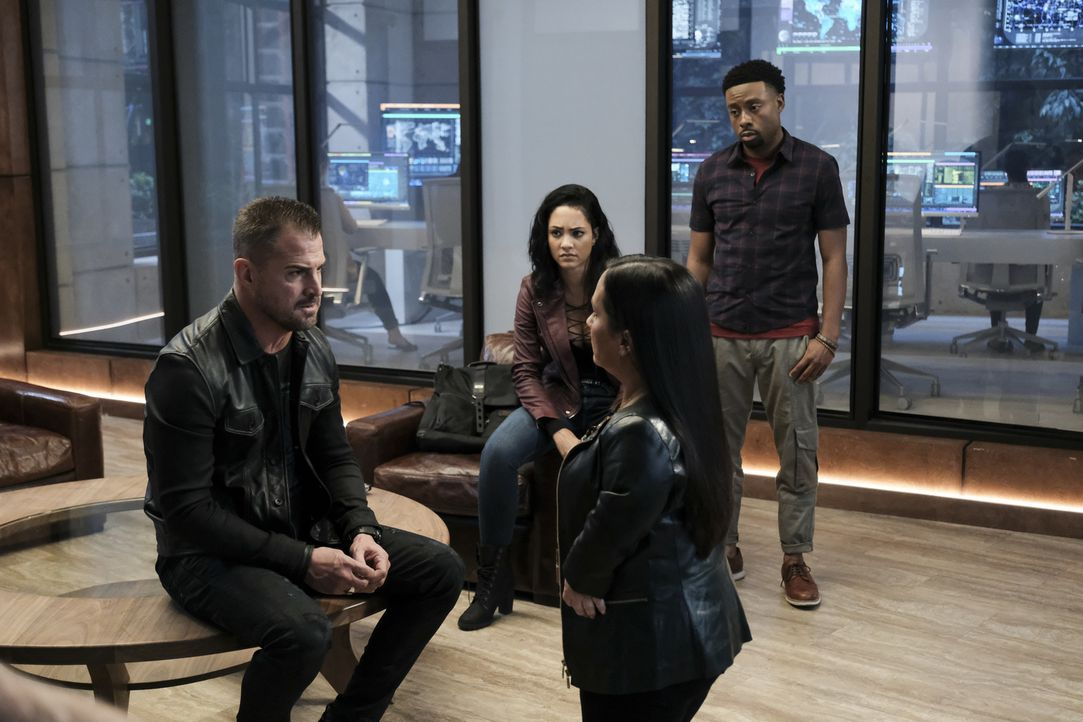 MacGyver soll ein Terrorist sein? Jack (George Eads, l.), Riley (Tristin Mays, 2.v.l.), Matty (Meredith Eaton, 2.v.r.) und Bozer (Justin Hires, r.)... - Bildquelle: Guy D'Alema Guy D'Alema/CBS   2017 CBS Broadcasting, Inc. All Rights Reserved.