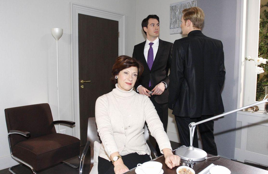 Mark (Arne Stephan, M.) befürchtet, dass seine Mutter Ingrid (Olivia Silhavy, l.) und sein Bruder Philip (Philipp Romann, r.) seine wahre Vergangen... - Bildquelle: SAT.1