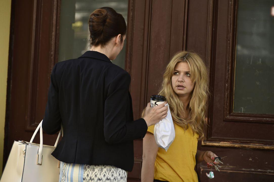 Mila (Susan Sideropoulos, r.), die eh schon an ihrem Single-Leben verzweifelt, wird auch noch von ihrer ehemals besten Freundin Katja (Bianca Warnek... - Bildquelle: Claudius Pflug SAT.1