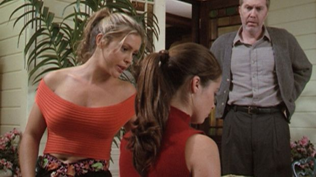 Phoebe (Alyssa Milano, l.), Piper (Holly Marie Combs, M.) und Pater Thomas (H...