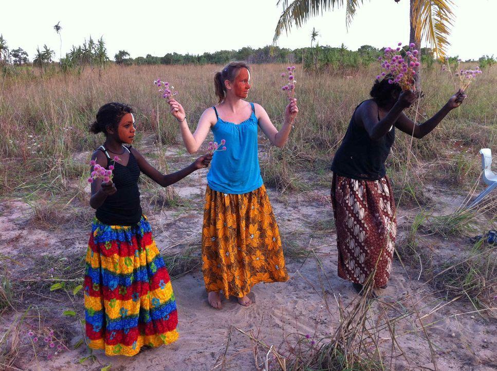 Bei den Aborigines in Australien erhält Dana (M.) die Chance, ihr Leben zu verändern. Doch wird sie sie nutzen? - Bildquelle: kabel eins
