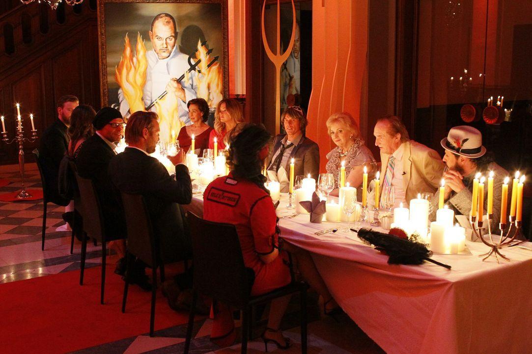 """Hell's Kitchen"" - Christine Kaufmann (5.v.l.), Julius Brink (4.v.l.), Kasia Lenhard (2.v.l.), Mickie Krause (4.v.r.), Manuel Cortez (r.), Niels Ruf... - Bildquelle: Guido Engels SAT.1"