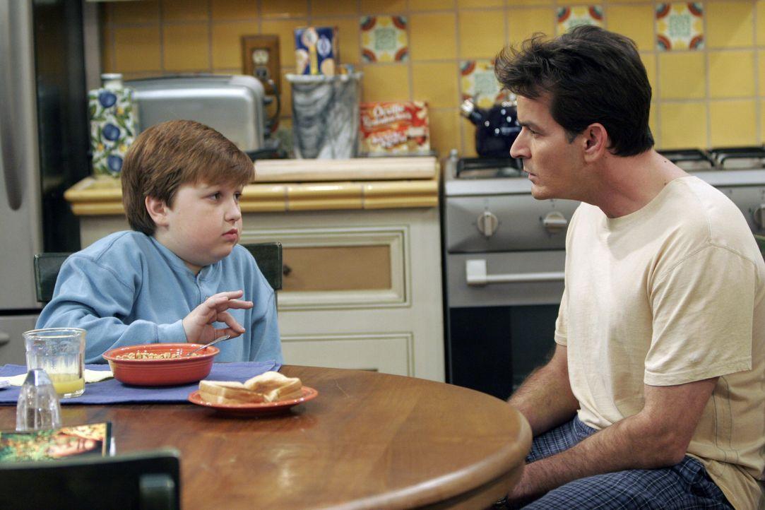 Helfen sich gegenseitig aus der Patsche: Charlie (Charlie Sheen, r.) und Jake (Angus T. Jones, l.) ... - Bildquelle: Warner Brothers Entertainment Inc.