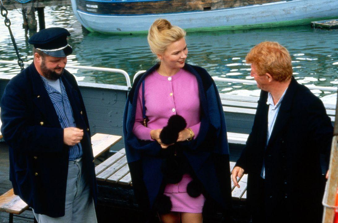Kaum ist die Anni (Veronica Ferres, M.) auf Rügen angekommen, verwirrt sie auch schon die Männerwelt. Auf dem kleinen Boot von Eike (Peter Bause, r.... - Bildquelle: Conny Klein Sat.1