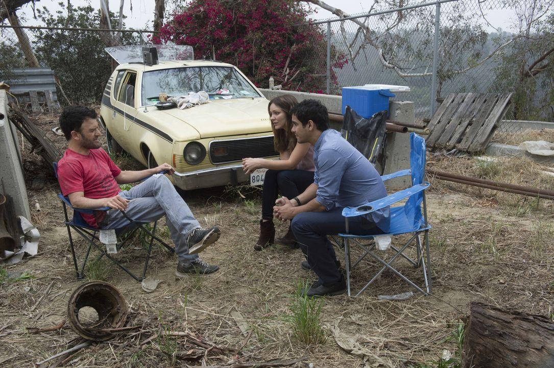 Nachdem ein Plan vollkommen aus dem Ruder gelaufen ist, wenden sich Paige (Katharine McPhee, M.) und Walter (Elyes Gabel, r.) an dessen neuen Freund... - Bildquelle: Neil Jacobs 2015 CBS Broadcasting, Inc. All Rights Reserved.