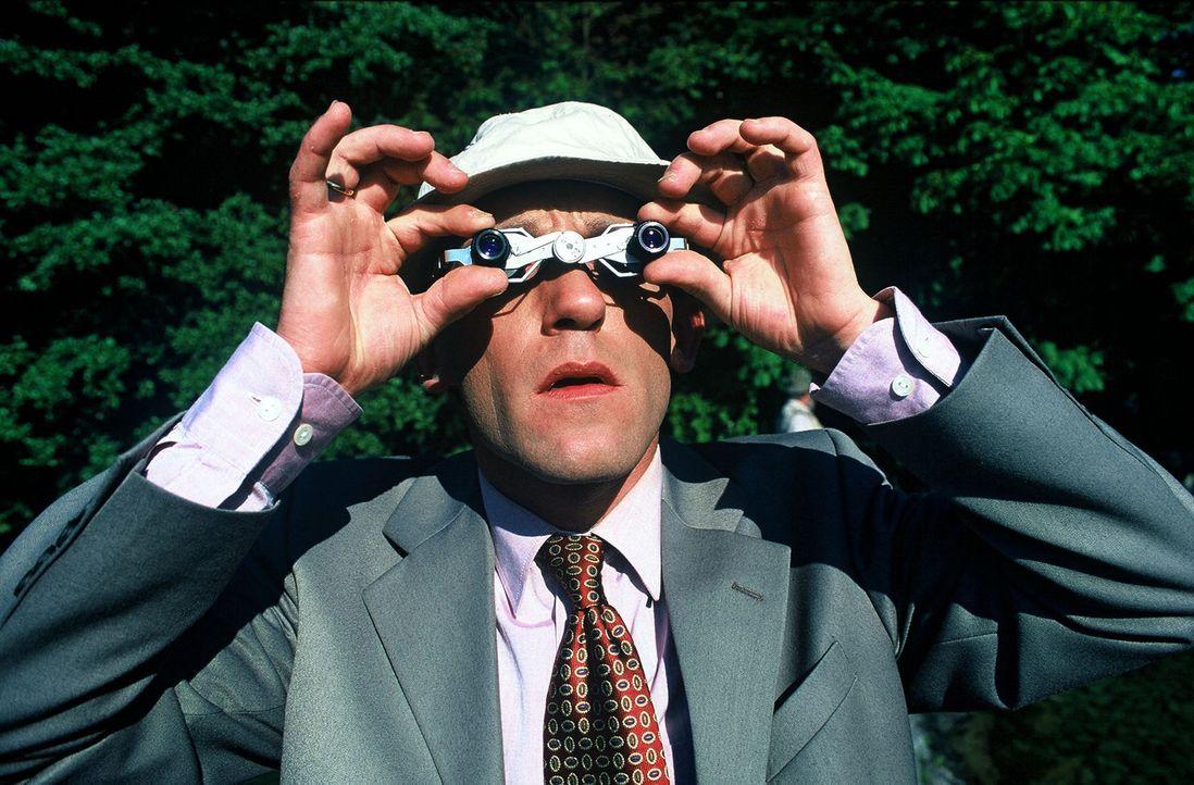 Stockinger (Karl Markovics) hat eine Idee: Er beobachtet die Krimmler Wasserfälle mit dem Fernglas. - Bildquelle: Huber Sat.1