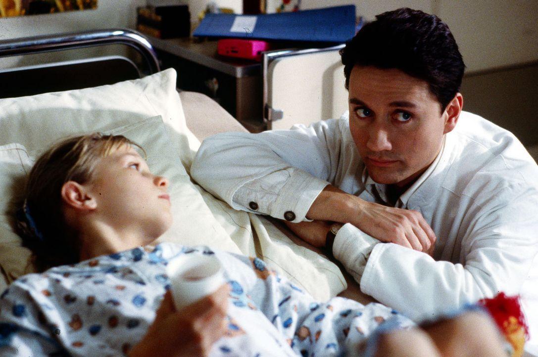 Die elfjährige Nachwuchsturnerin Laura (Katja Abel, l.) leidet unter schrecklichen Rückenschmerzen. Dr. Kampmann (Ulrich Reinthaller, r.) diagnostiz... - Bildquelle: Bernd Spauke Sat.1