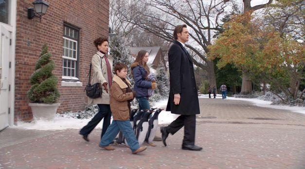 Mr. Poppers Pinguine - Für Tom Popper (Jim Carrey, r.) braucht es nicht viel...