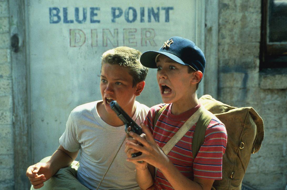 Auf der Suche nach einem verschwundenen Jungen müssen Gordie Lachance (Wil Wheaton, r.) und Chris Chambers (River Phoenix, l.) starke Nerven bewahre... - Bildquelle: 2003 Sony Pictures Television International
