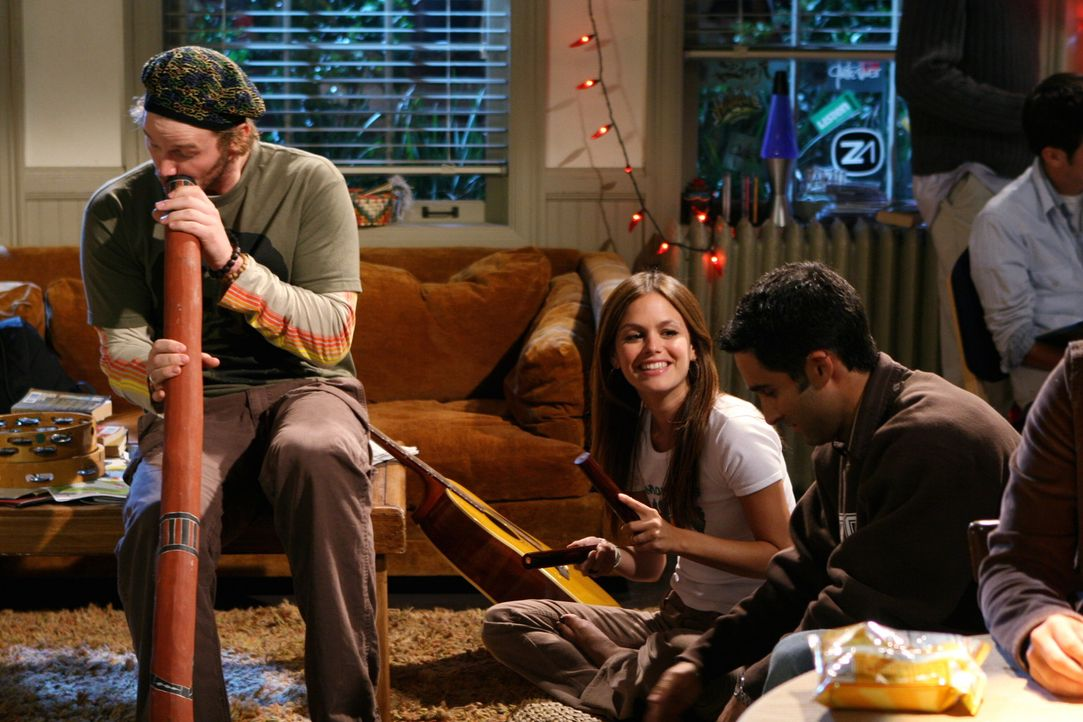 Summer (Rachel Bilson, M.) versucht sich bei einer Jam-Session mit Che (Chris Pratt, l.) und seinen Freunden abzulenken ... - Bildquelle: Warner Bros. Television