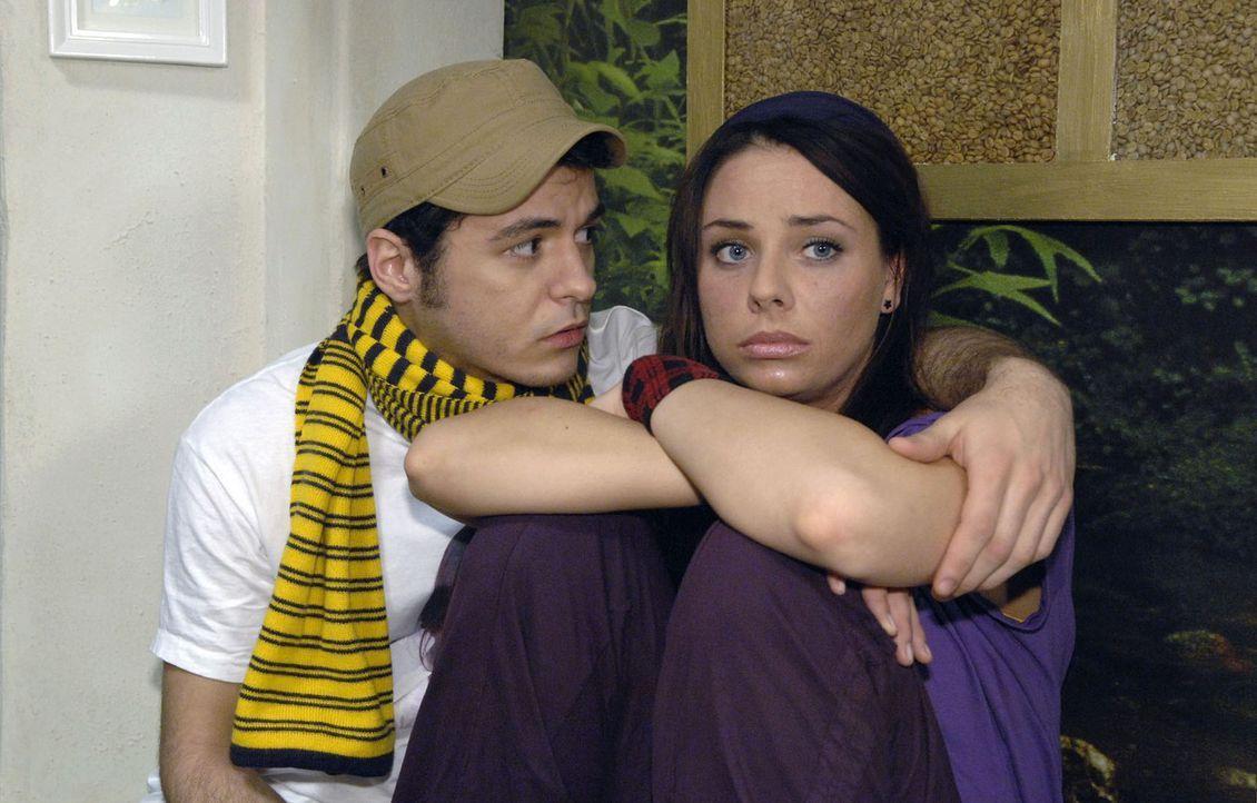 Maik (Sebastian König, l.) versucht die enttäuschte Paloma (Maja Maneiro, r.) zu trösten. - Bildquelle: Claudius Pflug Sat.1