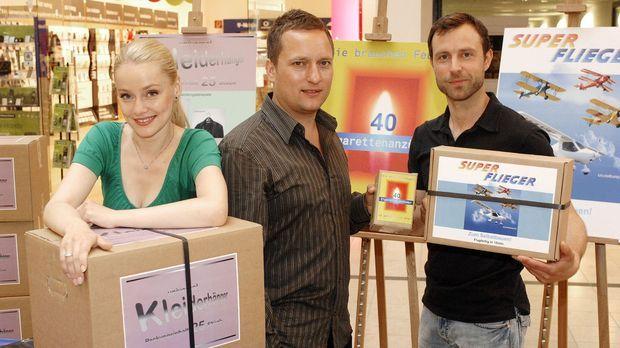v.l.n.r.: Agnieszka, Lars und Philipp verkaufen Streichhölzer als Feuerzeuge,...