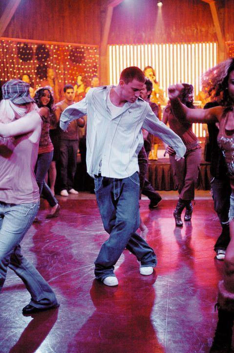Mit Leuten, die in Strumpfhosen adrett über die Bühne hopsen, hatte Tyler Gage (Channing Tatum, M.) bisher überhaupt nichts am Hut; er übt sich lieb... - Bildquelle: Constantin Film