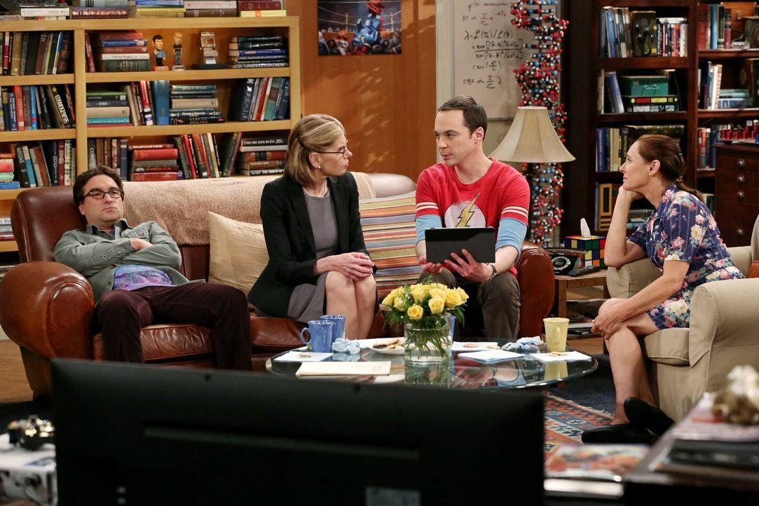 Leonard (Johnny Galecki, l.) hat genug: Seine Mutter Beverly (Christine Baranski, 2.v.l.) und Sheldons Mutter Mary (Laurie Metcalf, r.) wollen nur ü... - Bildquelle: Warner Bros. Television