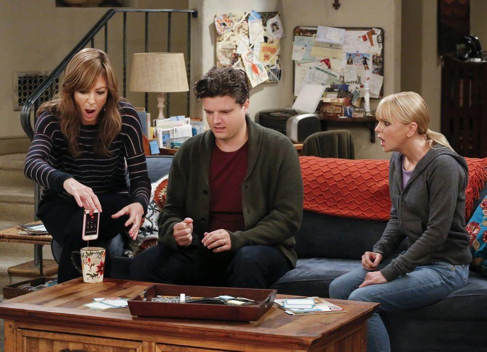 Als Christy (Anna Faris, r.) und Bonnie (Allison Janney, l.) Baxter (Matt Jones, M.) ins Gewissen reden, kommt es zu einem Missgeschick ... - Bildquelle: 2016 Warner Bros. Entertainment, Inc.