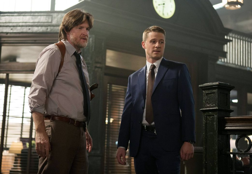 Als ein wichtiger Mordzeuge bei einer Polizeibefragung plötzlich tot aufgefunden wird, müssen Gordon (Ben McKenzie, r.) und Bullock (Donal Logue, l.... - Bildquelle: Warner Bros. Entertainment, Inc.