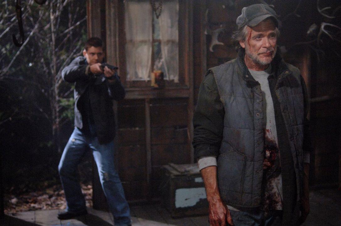 Kann Dean (Jensen Ackles, l.) den mysteriösen Farmer Jonah (Winston Rekert, r.) stoppen, bevor er Molly tötet? - Bildquelle: Warner Bros. Television