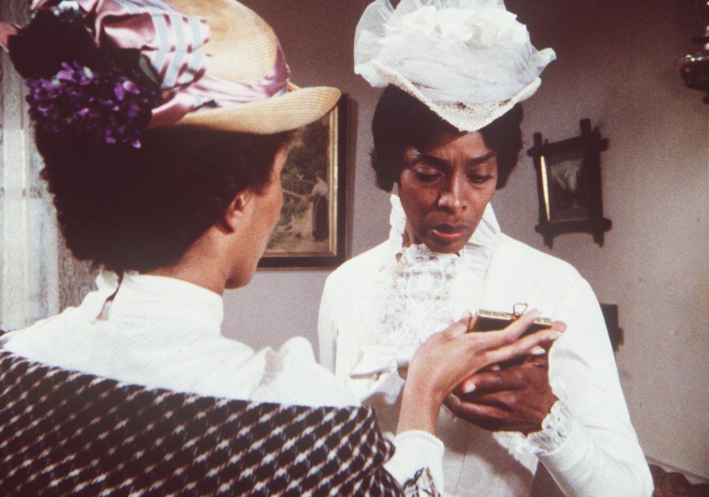 Naomi Terhune (Marguerite DeLain, l.) zeigt Hester-Sue (Ketty Lester, r.) ein Hochzeitsfoto, auf dem sie mit Sam zu sehen ist. Er hatte sie erst vor... - Bildquelle: Worldvision