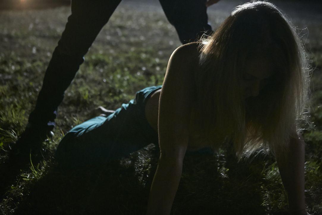 Colene (Mandi Nicholson) und ihre Freundin werden entführt. Als Colene versucht zu fliehen, sticht der Täter 33 Mal auf sie ein. Halbtot schleppt si... - Bildquelle: Ian Watson Cineflix 2015