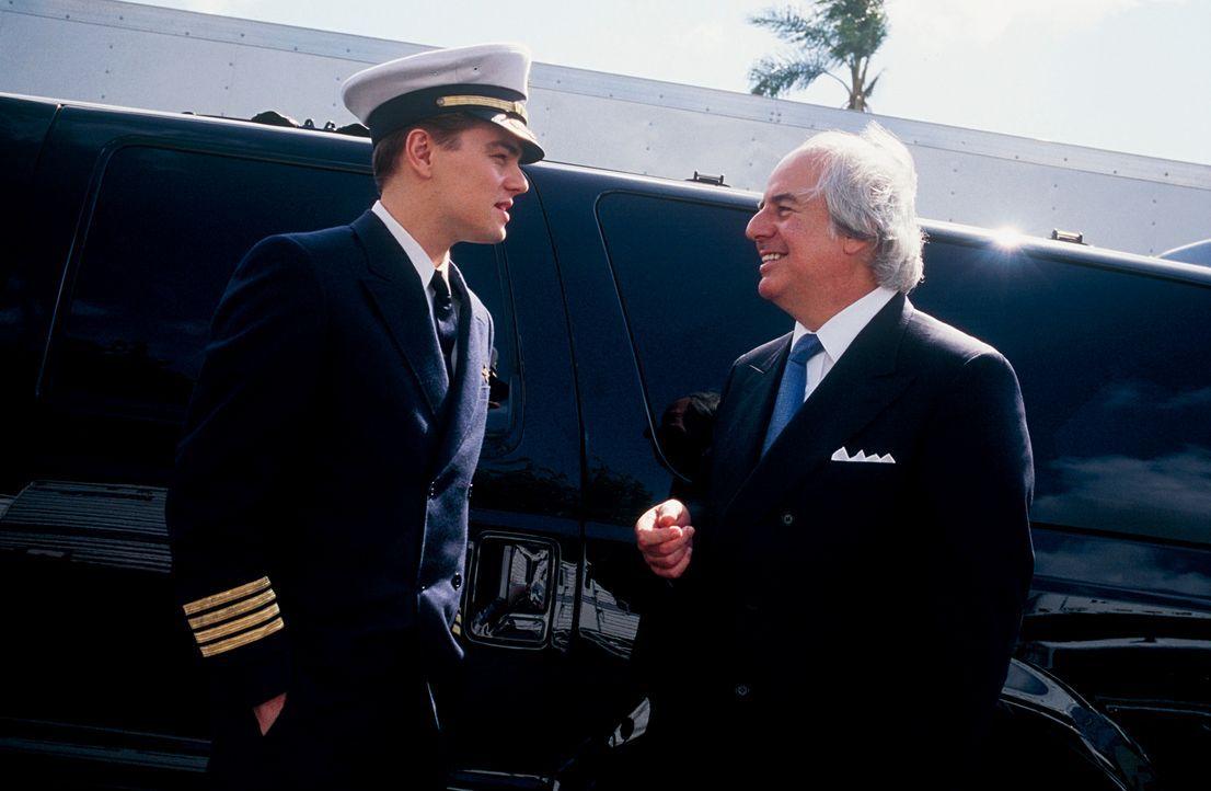 Am Set trifft Leonardo DiCaprio, l., der die Rolle des Frank Abagnale spielt, auf den realen Frank Abagnale, l. ... - Bildquelle: TM &   2003 DreamWorks LLC. All Rights Reserved