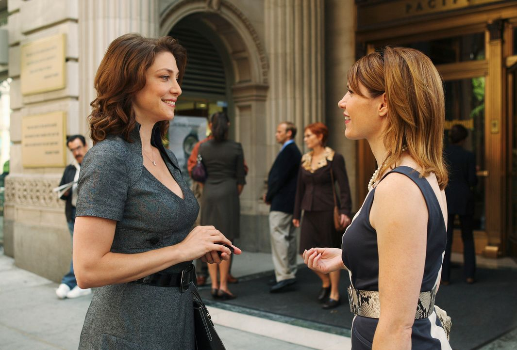 Sue Vaughn (Jennifer Riker, l.) lässt Elise Finnegan (Kathleen Rose Perkins, r.) in dem Glauben, dass ihr Verlobter noch am Leben ist. - Bildquelle: ABC Studios