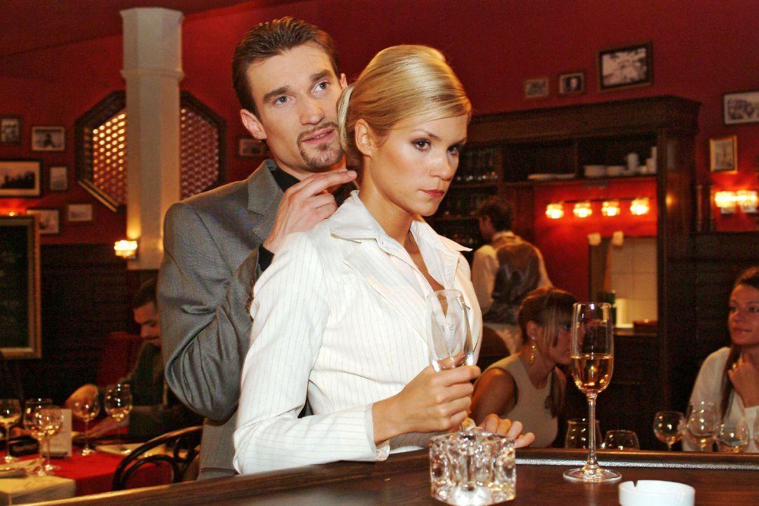 Richard (Karim Köster, l.) demonstriert Sabrina (Nina-Friederike Gnädig, r.) gegenüber seine Macht. - Bildquelle: Sat.1