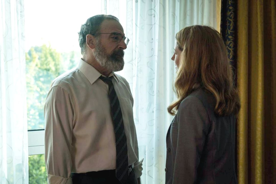 Wird Saul (Mandy Patinkin, l.) Allisons (Miranda Otto, r.) hinterhältiges Spiel durchschauen? - Bildquelle: 2015 Showtime Networks, Inc., a CBS Company. All rights reserved.