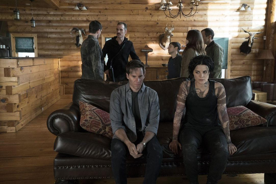 Eigentlich wollten Jane (Jaimie Alexander, vorne r.) und ihre neue Flamme Oliver (Jonathan Patrick Moore, vorne l.) einen romantischen Abend verbrin... - Bildquelle: Warner Brothers