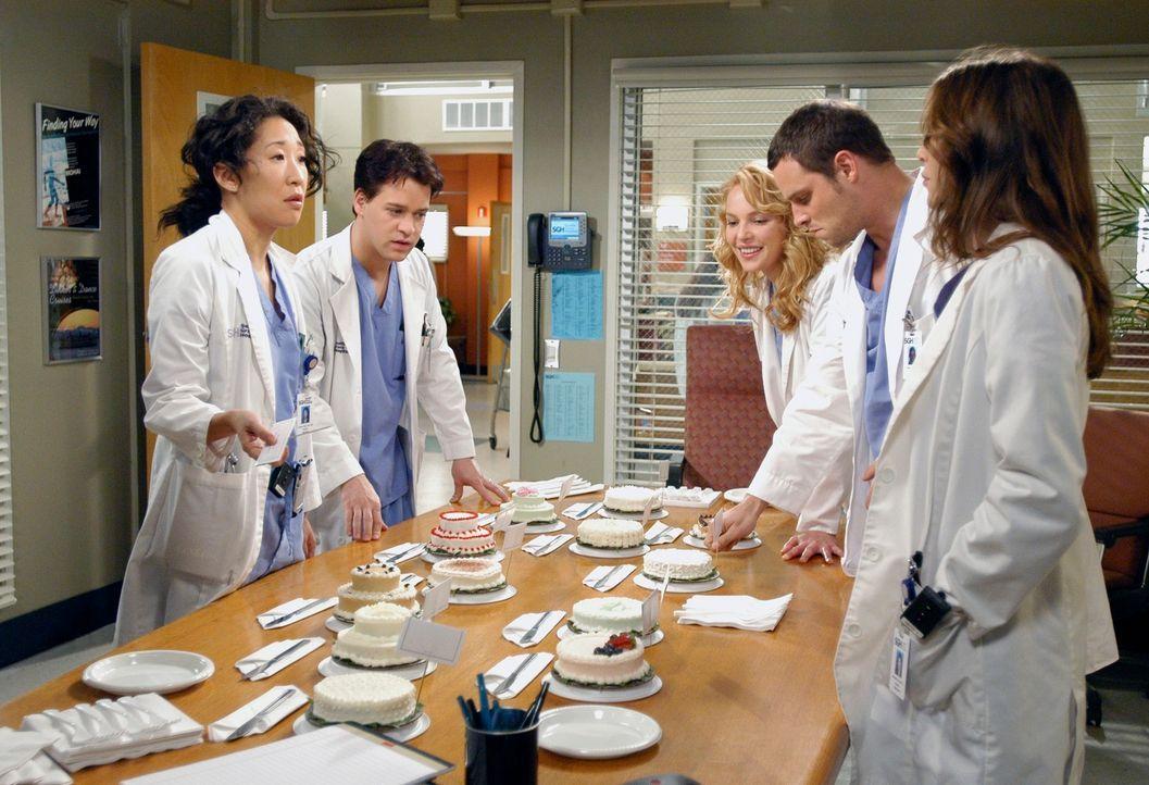 Meredith (Ellen Pompeo, r.), Cristina (Sandra Oh, l.), Alex (Justin Chambers, 2.v.r.), George (T.R. Knight, 2.v.l.) und Izzie (Katherine Heigl, M.)... - Bildquelle: Touchstone Television