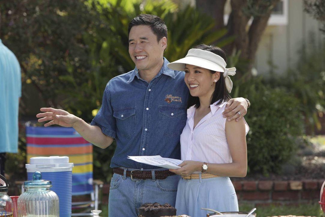 Louis (Randall Park, l.) drängt Jessica (Constance Wu, r.) und die Kinder förmlich dazu, auf einer Nachbarschaftsparty neue Bekanntschaften zu schli... - Bildquelle: 2015 American Broadcasting Companies. All rights reserved.