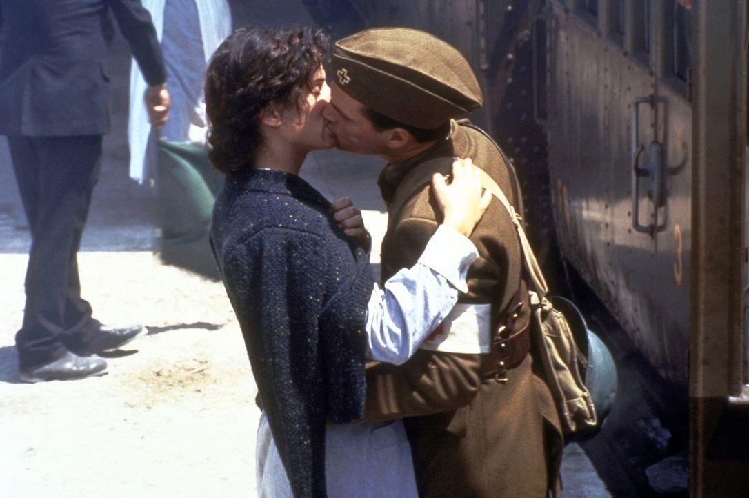 Unglücklich lässt Agnes (Sandra Bullock, l.) ihre große Liebe Ernest (Chris O'Donnell, r.) ziehen ... - Bildquelle: Warner Bros.