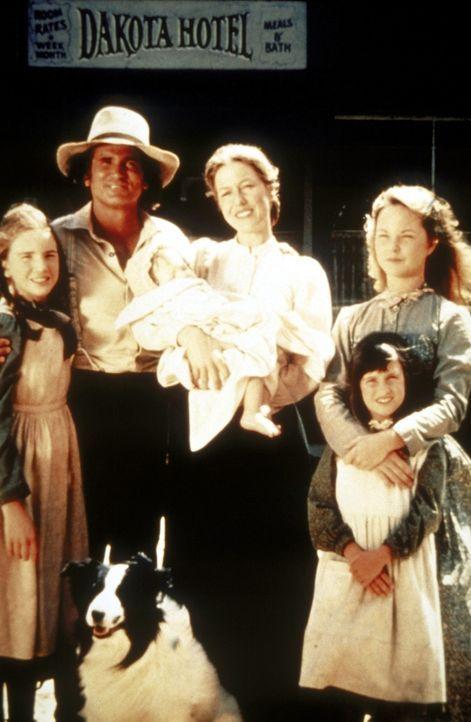 Die glückliche Familie Ingalls (v.l.n.r.): Laura (Melissa Gilbert), Vater Charles (Michael Landon), Baby Grace (Brenda Turnbaugh), Mutter Caroline (... - Bildquelle: Worldvision