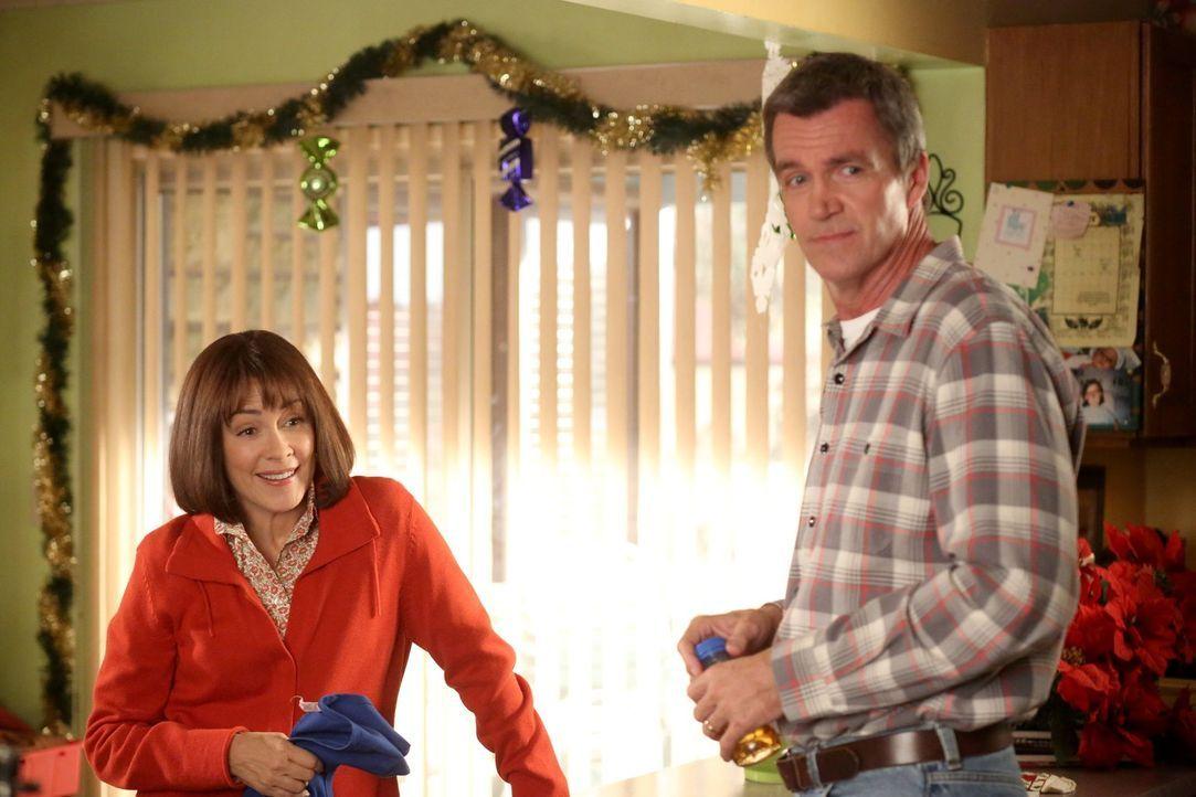 Während Mike (Neil Flynn, r.) feststellen muss, dass die Möbel, die er für seinen Bruder Rusty einlagern soll, gestohlen sind, will Frankie (Patrici... - Bildquelle: Warner Brothers