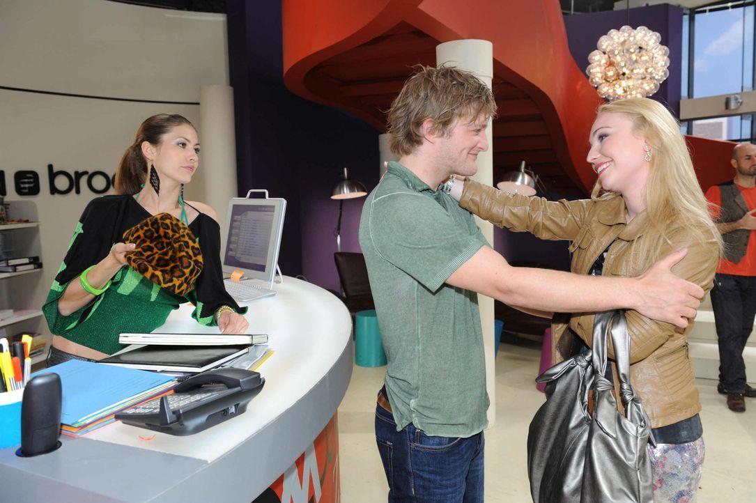 Barbi (Anna Juliana Kletzmayr, r.) macht Jessica (Fiona Erdmann, l.) einen Strich durch die Rechnung. Julian (Bo Hansen, M.) scheint davon nichts mi... - Bildquelle: SAT.1